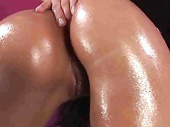 Stunner gets herself oiled up fo...