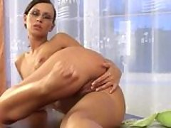 Susana Spears loves to rub her p...